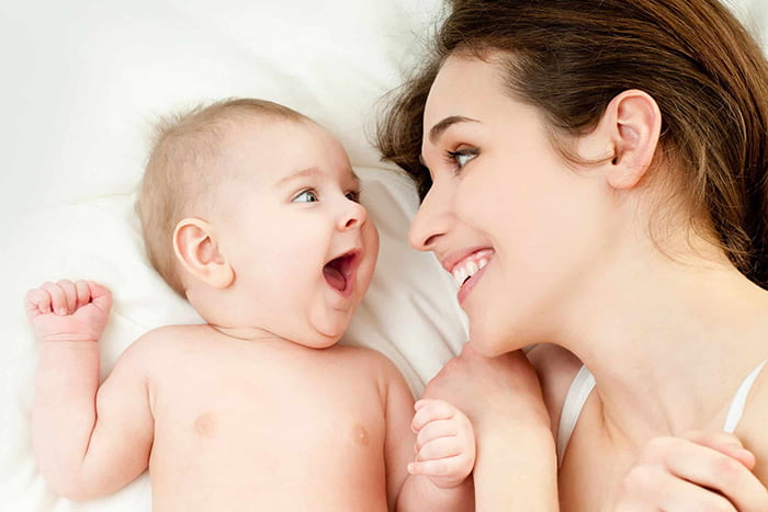 Грудничок радуется маме