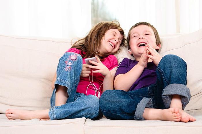 Брат и сестра смеются