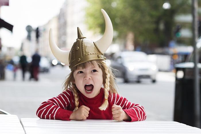 девочка в шлеме с рогами