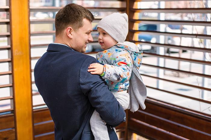 Папа держит ребенка на руках