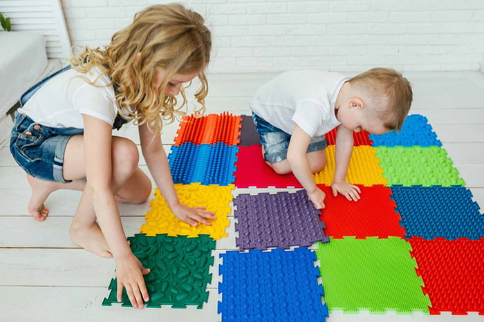 Дети на модульном массажном коврике