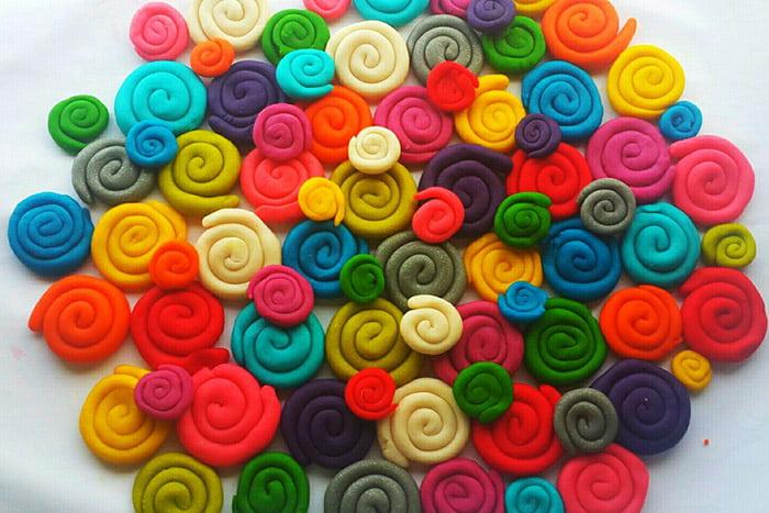 Разноцветные спирали из пластилина