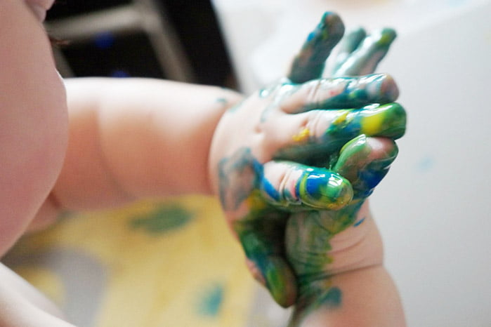 Малыш испачкал руки красками