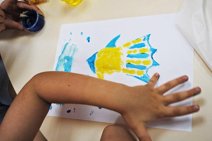 Ребенок рисует отпечатками ладони