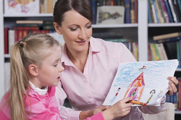 Школьный психолог с девочкой