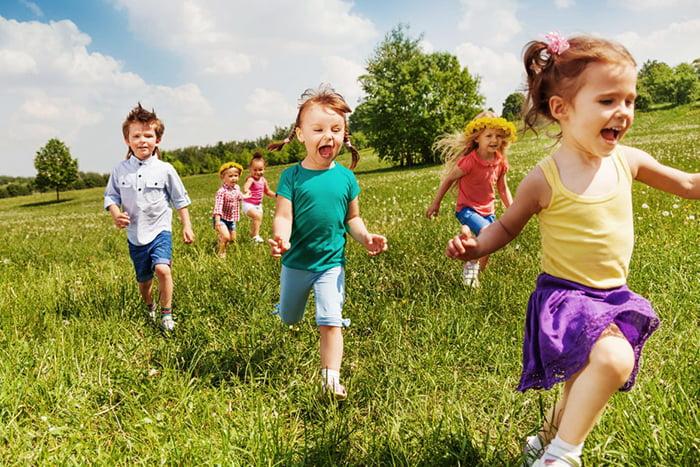 Дети бегают на улице