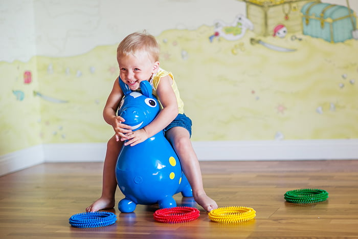 Ребенок на прыгающей игрушке