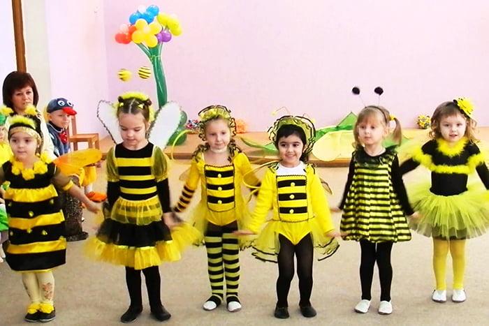 Дети в костюмах пчелок