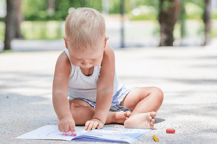 Ребенок на улице с книжкой