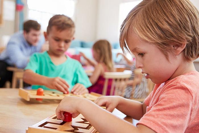 Дети с развивающими игрушками