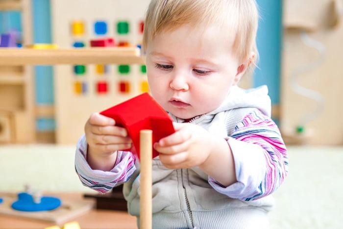 Ребенок с развивающей игрушкой