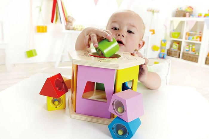 Малыш играет с сортером