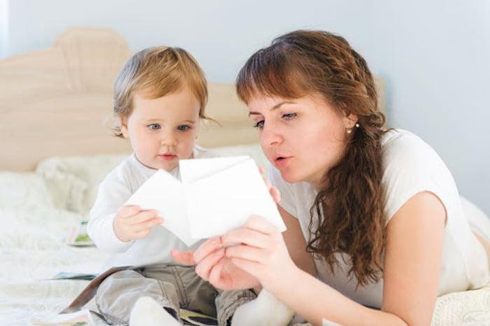 Малыш рассматривает карточки
