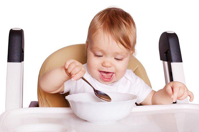 11-месячный ребенок за обедом