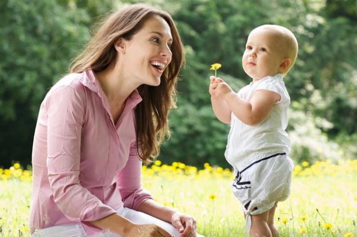 Малыш принес маме цветочек