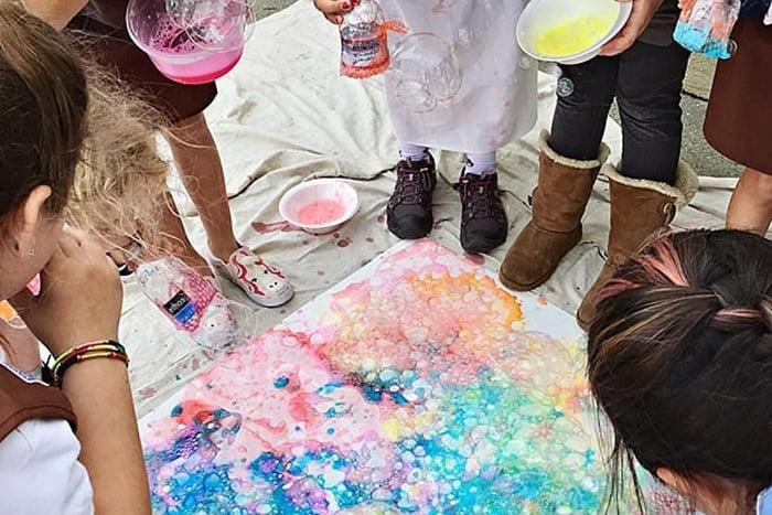 Дети рисуют мыльными пузырями