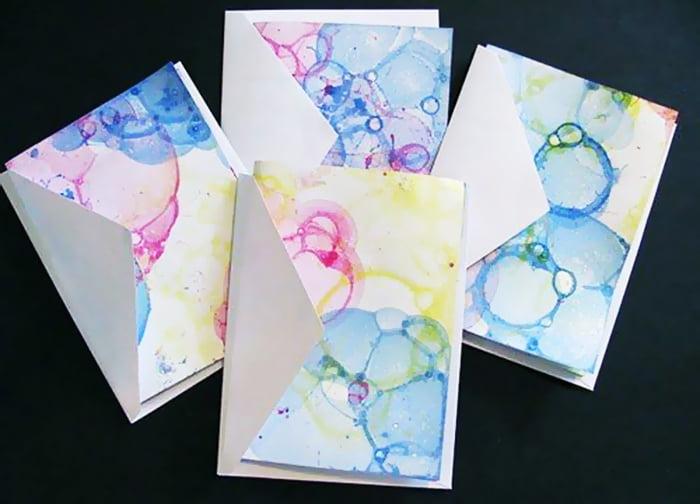 Конверты, украшенные отпечатками мыльных пузырей