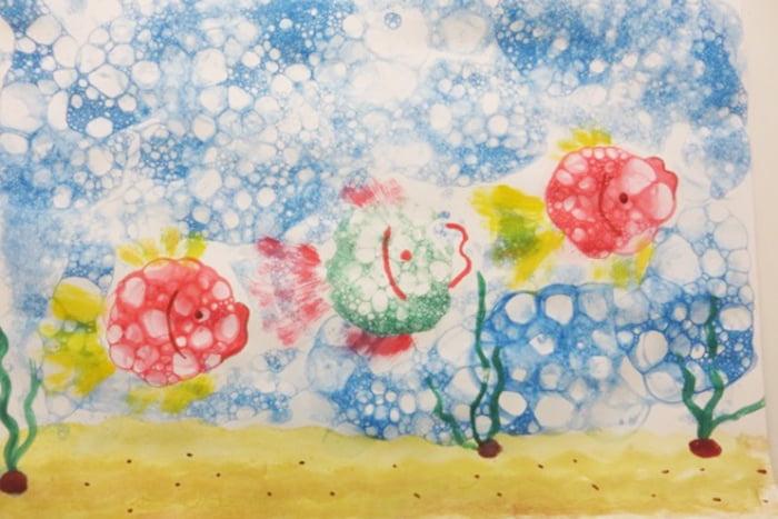 Рыбки, нарисованные мыльными пузырями