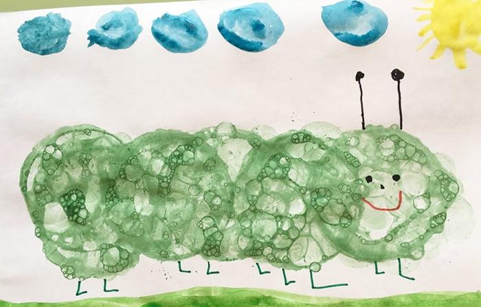 Гусеница, нарисованная мыльными пузырями