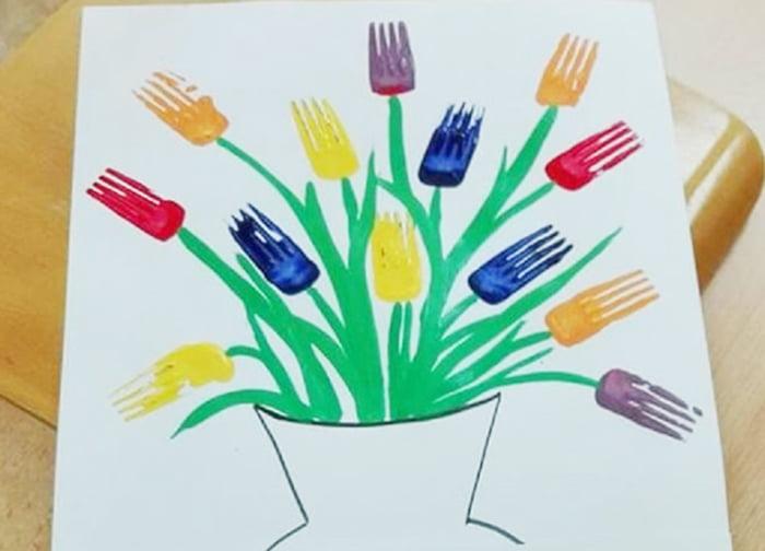 Букет цветов, нарисованный отпечатками пластиковых вилок