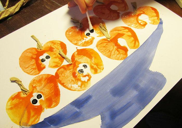 Рисование штампами из половинок яблока