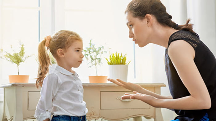 Мама объясняет дочке причину запрета