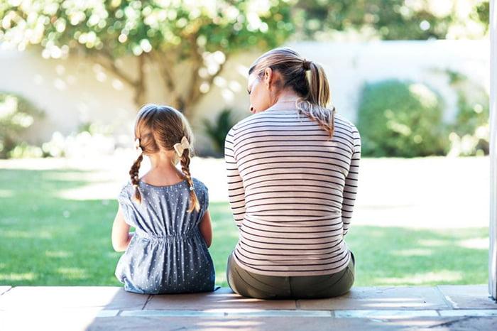 Мама с дочкой сидят на террасе