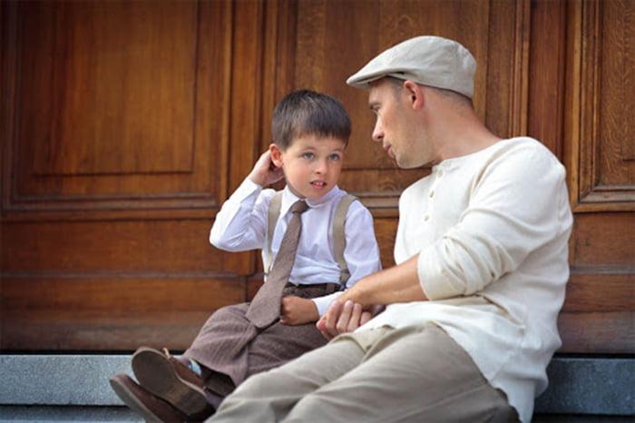 Мужчина разговаривает с мальчиком
