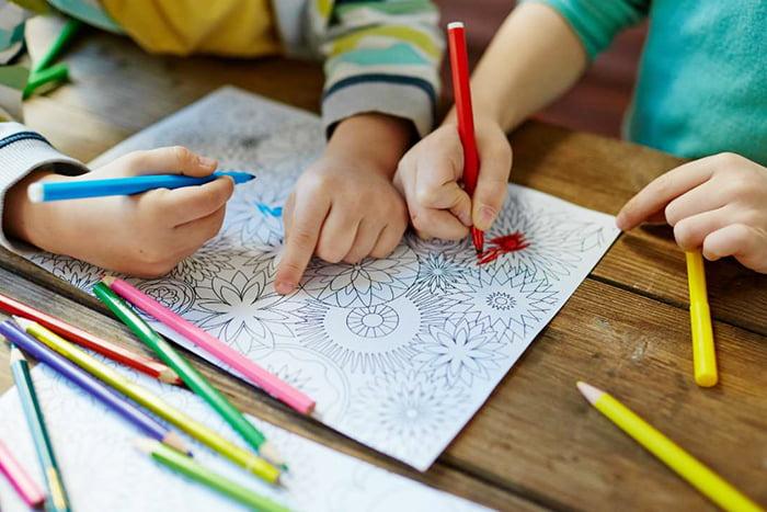 Дети раскрашивают раскраску