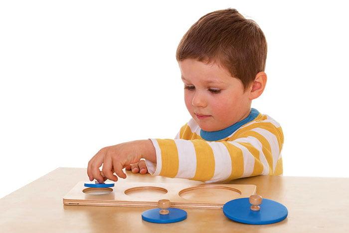 Трехлетний мальчик с развивающей игрушкой
