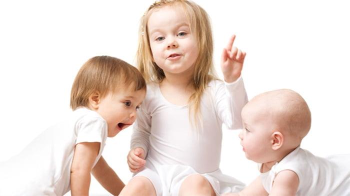 Малыши разных возрастов общаются