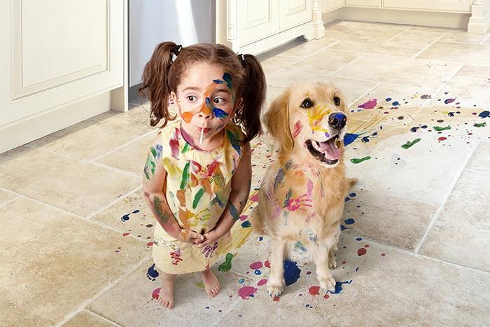 Девочка и собака испачкались красками