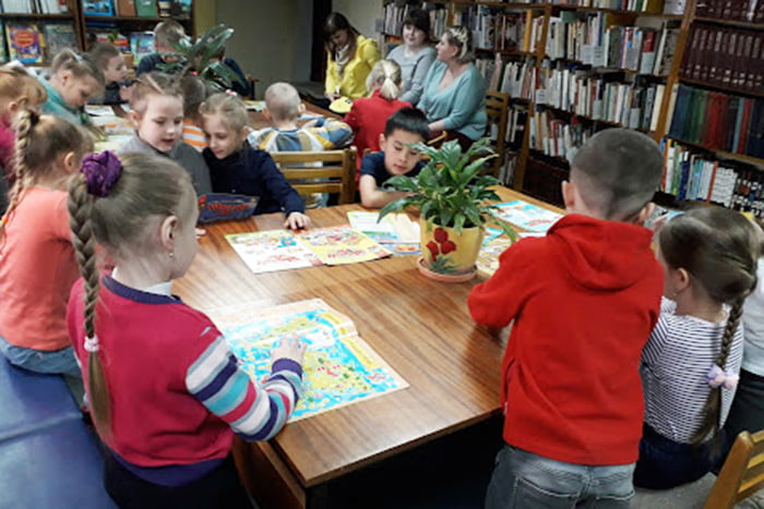 Дети рисуют в библиотеке