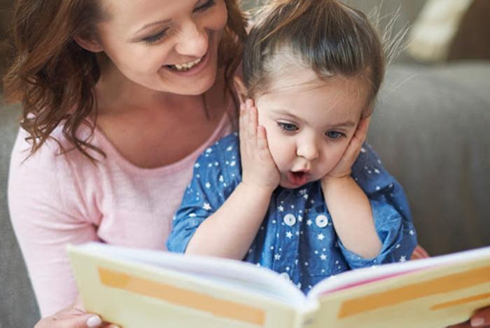 Мама с дочкой рассматривают книжку