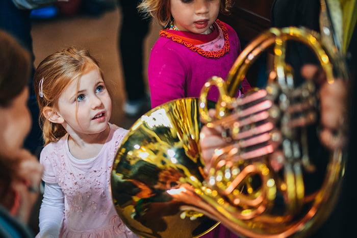 Дети знакомятся с музыкальными инструментами