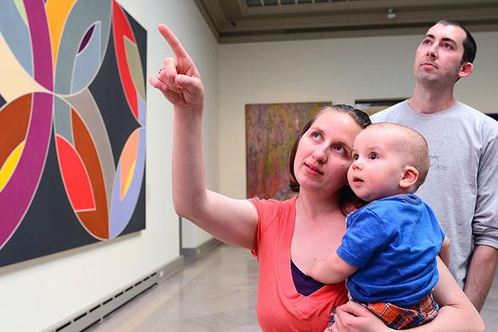 Малыш на руках у мамы в картинной галерее