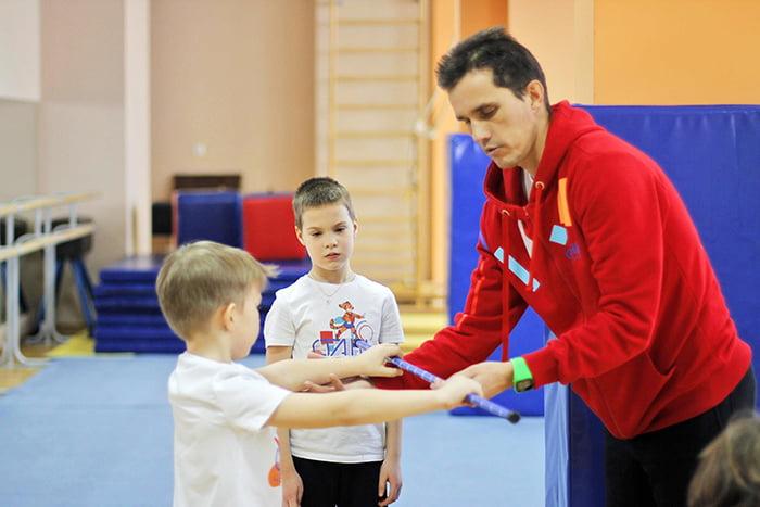 Дети с тренером на занятии в спортивной секции