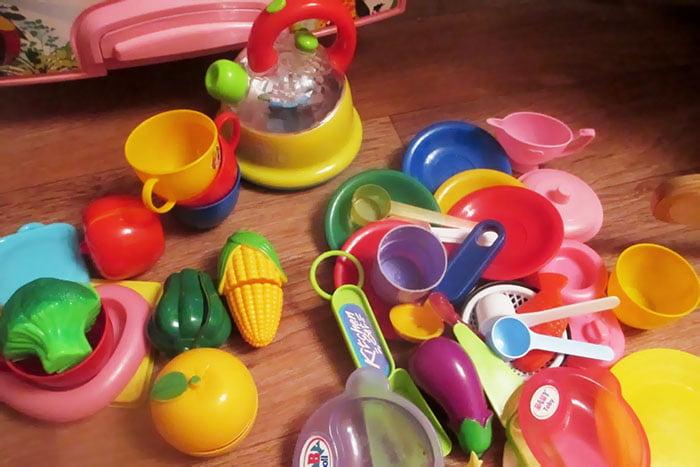 Игрушечная посуда, фрукты и овощи