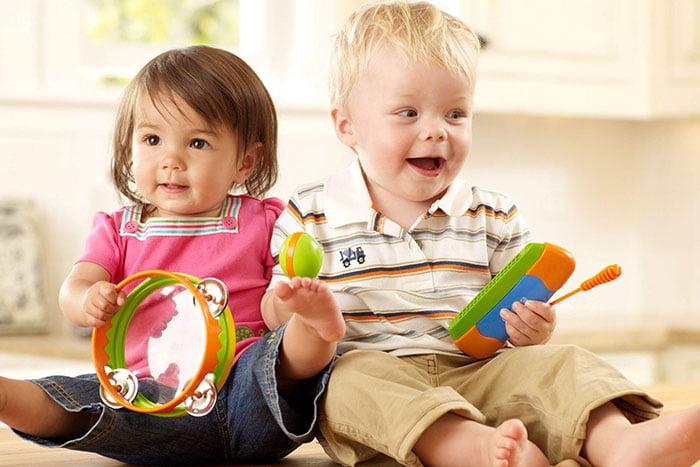 Малыши с игрушками
