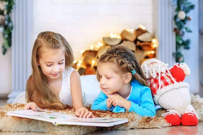 Девочки рассматривают книжку