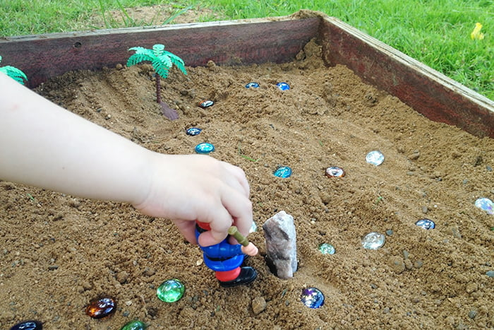 "Игра ""Кладоискатели"" в песочнице"