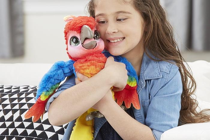 Девочка с игрушкой-попугаем