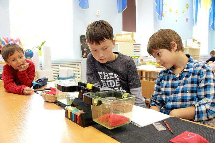 Дети на занятии по системе Монтессори
