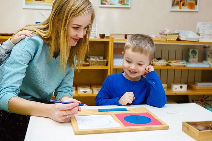 Занятие с ребенком по системе Монтессори