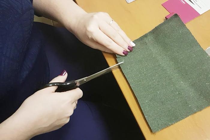 Женщина режет ткань