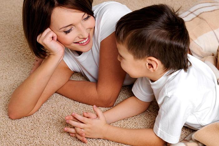 Мама играет с сыном в словесную игру