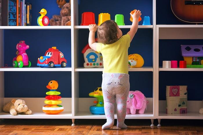 Малыш ищет музыкальную игрушку