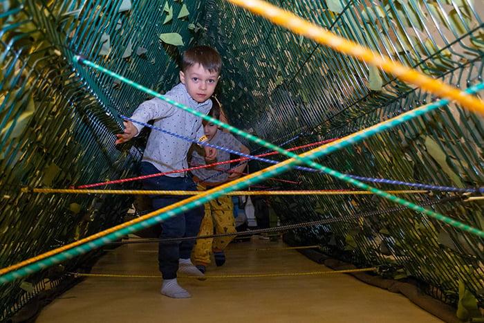 Дети в веревочном парке