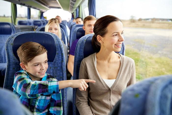 Ребенок смотрит в окно автобуса