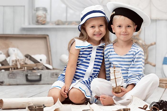 Мальчик и девочка в матросских костюмах